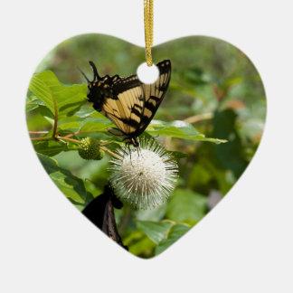 Ornement Cœur En Céramique Papillon de machaon de tigre sur le fleur sauvage