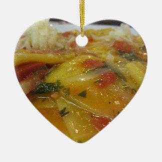 Ornement Cœur En Céramique Pâtes faites maison avec la sauce tomate, oignon,