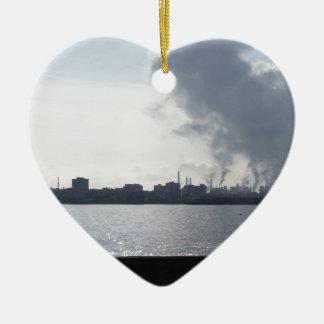 Ornement Cœur En Céramique Paysage industriel le long de la côte polluant