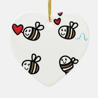 Ornement Cœur En Céramique Peu d'abeilles de vol sur le blanc