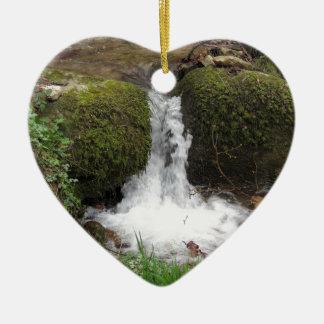 Ornement Cœur En Céramique Peu de cascade par les roches moussues dans la