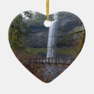Ornement Cœur En Céramique Pont en bois sur le sentier de randonnée aux