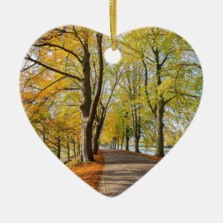Ornement Cœur En Céramique Route néerlandaise avec des arbres de hêtre dans