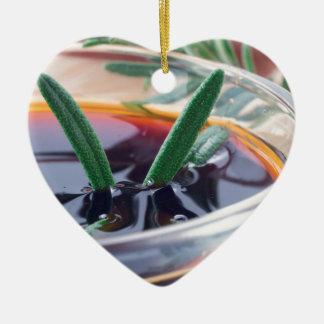 Ornement Cœur En Céramique Tasse en verre avec la sauce de soja et le romarin