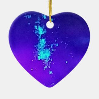 Ornement Cœur En Céramique Une éclaboussure de néon contre la lavande bleue
