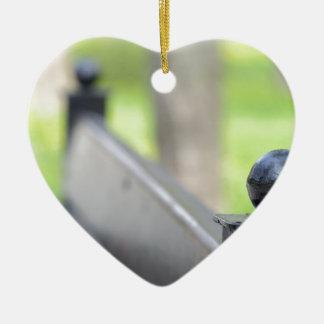 Ornement Cœur En Céramique Vue brouillée de banc de parc et de pelouse verte