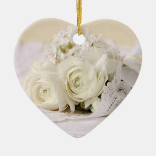 ornement de coeur de bouquet de fleurs blanches zazzle. Black Bedroom Furniture Sets. Home Design Ideas