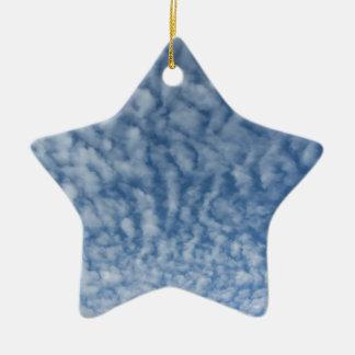 Ornement Étoile En Céramique Beaucoup de petits nuages mous sur le fond de ciel