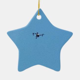 Ornement Étoile En Céramique Bourdon de Hoovering contre la simplicité de ciel