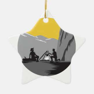 Ornement Étoile En Céramique Campeurs reposant la gravure sur bois en cercle de