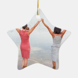 Ornement Étoile En Céramique Deux femmes heureuses se tenant dans water.JPG