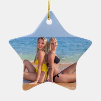 Ornement Étoile En Céramique Deux filles s'asseyent sur la plage près de