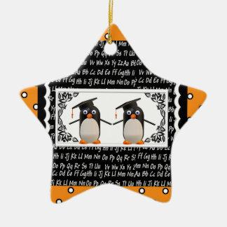 Ornement Étoile En Céramique Deux pingouins de graduation, ABC ont cranté