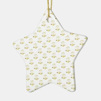 Ornement Étoile En Céramique Échelles d'or de justice sur le motif blanc de