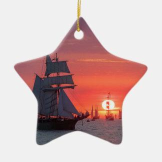 Ornement Étoile En Céramique Grand voilier marchand dans le coucher du soleil