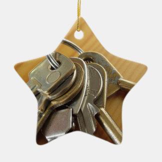 Ornement Étoile En Céramique Groupe de clés usées de maison sur la table en