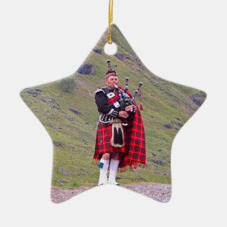Ornement Étoile En Céramique Joueur de cornemuse écossais solitaire, montagnes,