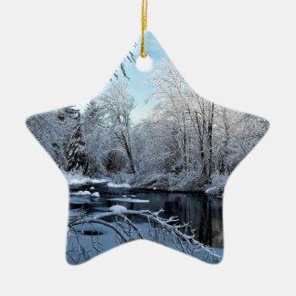 Ornement Étoile En Céramique Le matin Sun sur la neige a couvert la rivière de
