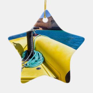 Ornement Étoile En Céramique Navigation jaune de bateau vers des roches à