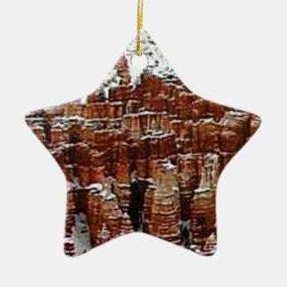 Ornement Étoile En Céramique neige et glace dans le formationsf de roche