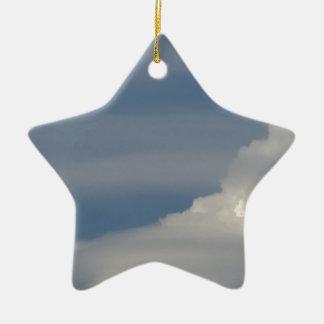 Ornement Étoile En Céramique Nuages blancs mous sur le fond de ciel bleu