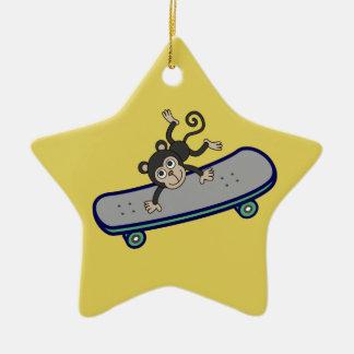 Ornement Étoile En Céramique planches à roulettes d'équitation de singe de bébé