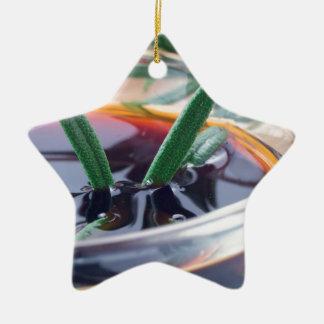 Ornement Étoile En Céramique Tasse en verre avec la sauce de soja et le romarin