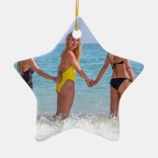 Ornement Étoile En Céramique Trois filles blondes se tenant dans sea.JPG