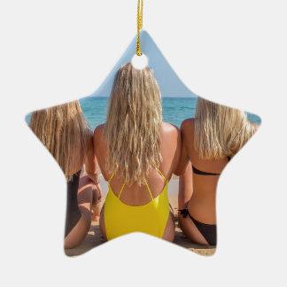 Ornement Étoile En Céramique Trois filles néerlandaises blondes s'asseyent sur