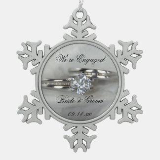 Ornement Flocon De Neige Anneaux de mariage sur le fiançailles gris