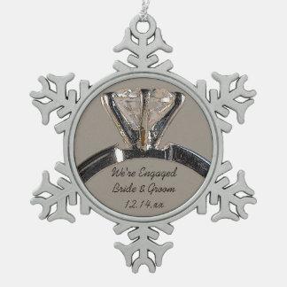 Ornement Flocon De Neige Bague de fiançailles de diamant sur le gris