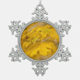 Ornement Flocon De Neige Feuille jaune d'érable d'automne. Ajoutez-vous