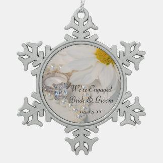 Ornement Flocon De Neige Fiançailles élégant de marguerite blanche