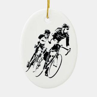 Ornement Ovale En Céramique Allez à vélo les coureurs dans le tour