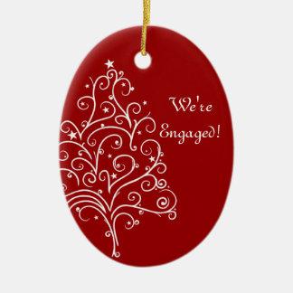 Ornement Ovale En Céramique Arbre de Noël sur le fiançailles rouge d'hiver
