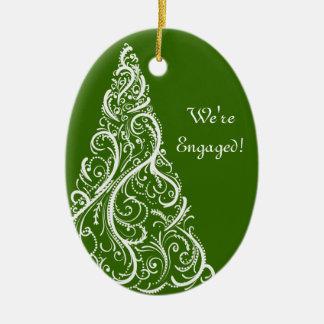 Ornement Ovale En Céramique Arbre de Noël sur le fiançailles vert d'hiver
