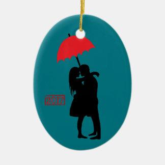 Ornement Ovale En Céramique Baisers du parapluie rouge 2017 de couples
