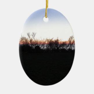 Ornement Ovale En Céramique Coucher du soleil de mer avec la silhouette