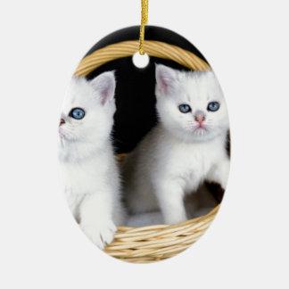 Ornement Ovale En Céramique Deux chatons blancs dans le panier sur