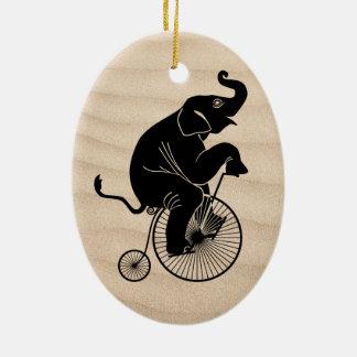 Ornement Ovale En Céramique Éléphant montant un vélo