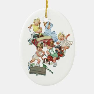 Ornement Ovale En Céramique Enfants en bas âge vintages d'enfants jouant avec