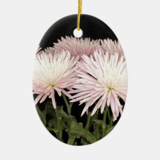 Ornement Ovale En Céramique Fleurs blanches violettes de chrysanthème sur le