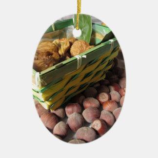 Ornement Ovale En Céramique Fruits d'automne avec des noisettes et des figues
