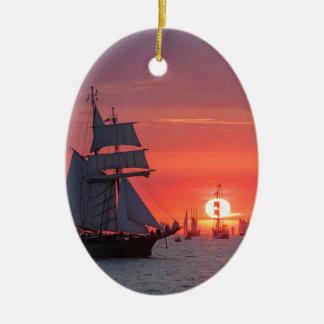 Ornement Ovale En Céramique Grand voilier marchand dans le coucher du soleil