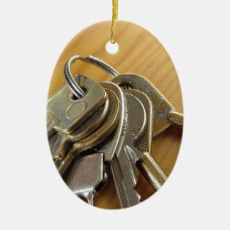 Ornement Ovale En Céramique Groupe de clés usées de maison sur la table en