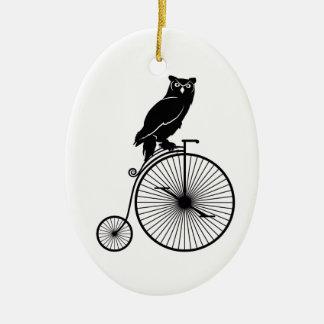 Ornement Ovale En Céramique Hibou se reposant sur la bicyclette vintage