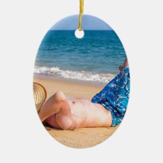 Ornement Ovale En Céramique Jeune prendre un bain de soleil de touristes sur