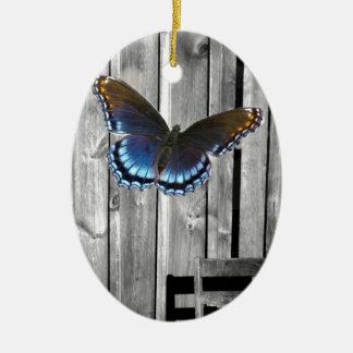 Ornement Ovale En Céramique Le bois patiné affligé embarque le papillon bleu