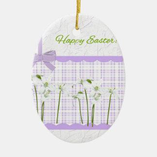 Ornement Ovale En Céramique Lis de Pâques sur le guingan de lavande et le joli