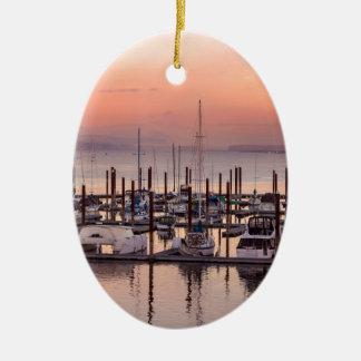 Ornement Ovale En Céramique Marina le long du fleuve Columbia au coucher du